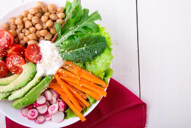De kom van Boedha op witte houten achtergrond Gezonde vegetariër, detox voedselconcept Hoogste mening royalty-vrije stock afbeelding