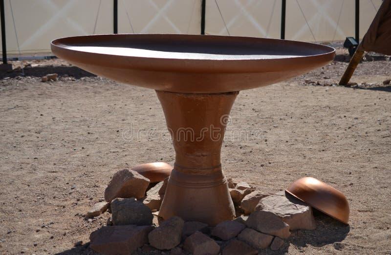 De kom van de bronswas, Model van Tabernakel, tent van vergadering in Timna-Park, Negev-woestijn, Eilat, Israël stock afbeeldingen