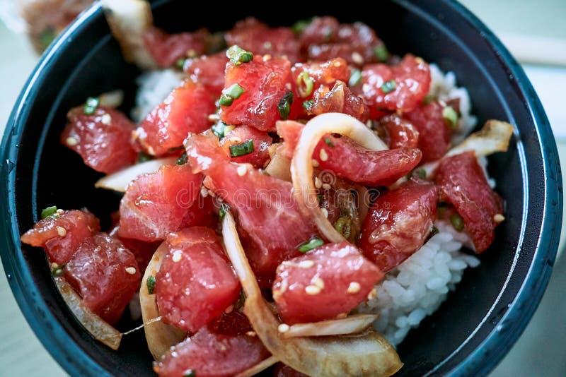 De kom van heerlijke Por, één van de hoofdgerechten van inheemse Hawaiiaanse keuken diende met gedobbelde ruwe vissen en groenten stock foto's