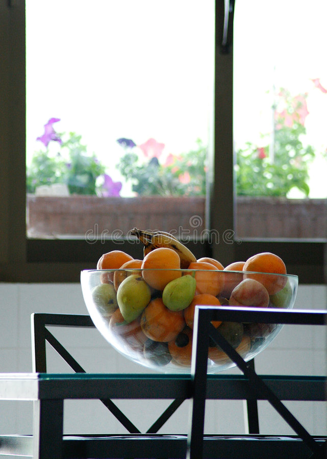 De kom van het fruit in de keuken royalty-vrije stock afbeelding