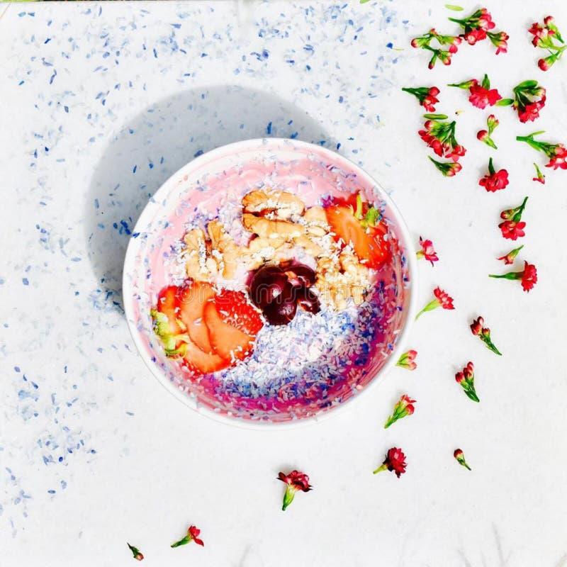 De kom van de veganistyoghurt! Kersenyoghurt die met diverse vruchten en noten wordt bedekt! Alle componenten zijn veganista verf royalty-vrije stock afbeeldingen