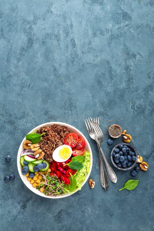 De komdiner van Boedha met gekookt ei, kikkererwt, verse tomaat, paprika, komkommer, savooiekool, rode ui, groene spruiten stock fotografie