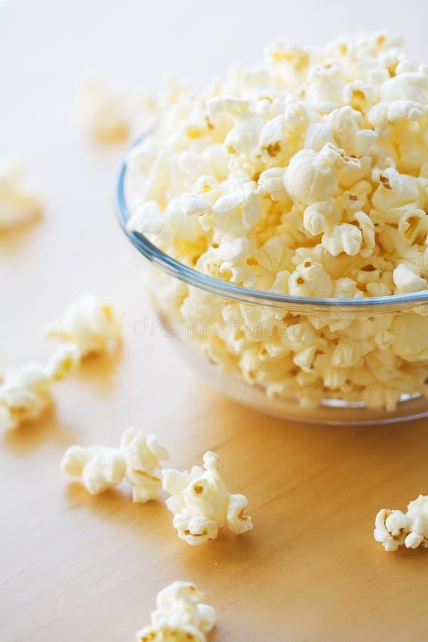 De komhoogtepunt van het glas van popcorn stock afbeelding