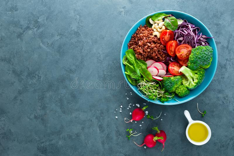 De kommaaltijd van Boedha met boerenkool, spinazie en snijbietenbladeren, ongepelde rijst, tomaat, broccoli, radijs, verse groene stock fotografie