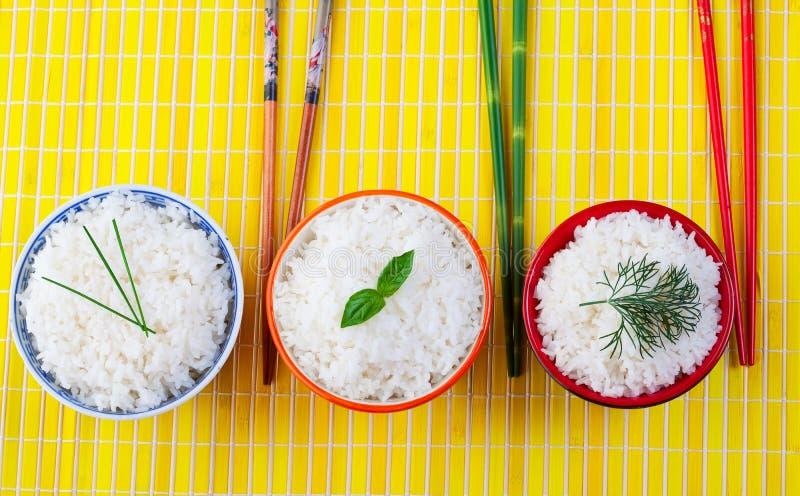 De kommen van de rijst stock foto's