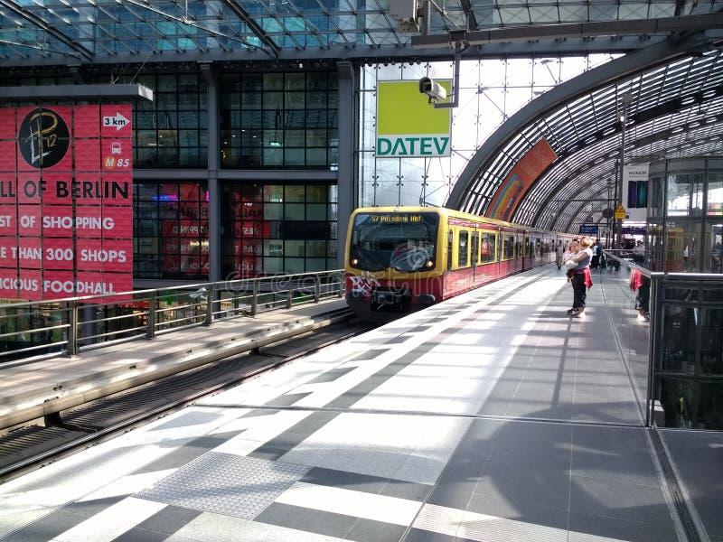 De komst van trein s-Bahn van Post in Berlijn stock foto