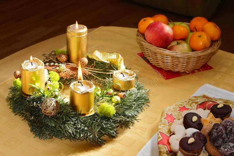De komstkroon van Kerstmis met het branden van kaarsen royalty-vrije stock afbeeldingen