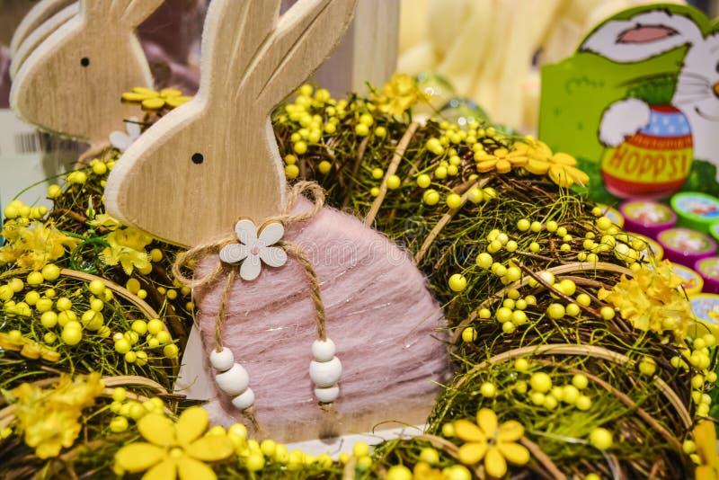 De konijnen en de eieren van Pasen Een decor voor een vakantie Kronen en bloemen Heldere juwelen hazen stock afbeeldingen