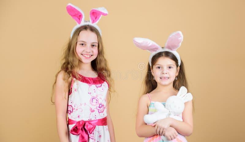 De konijntjeskonijnen zijn zo leuk Gelukkige kinderen die Pasen vieren Kinderen in de holdingsharten van de Paashaasstijl klein stock afbeeldingen