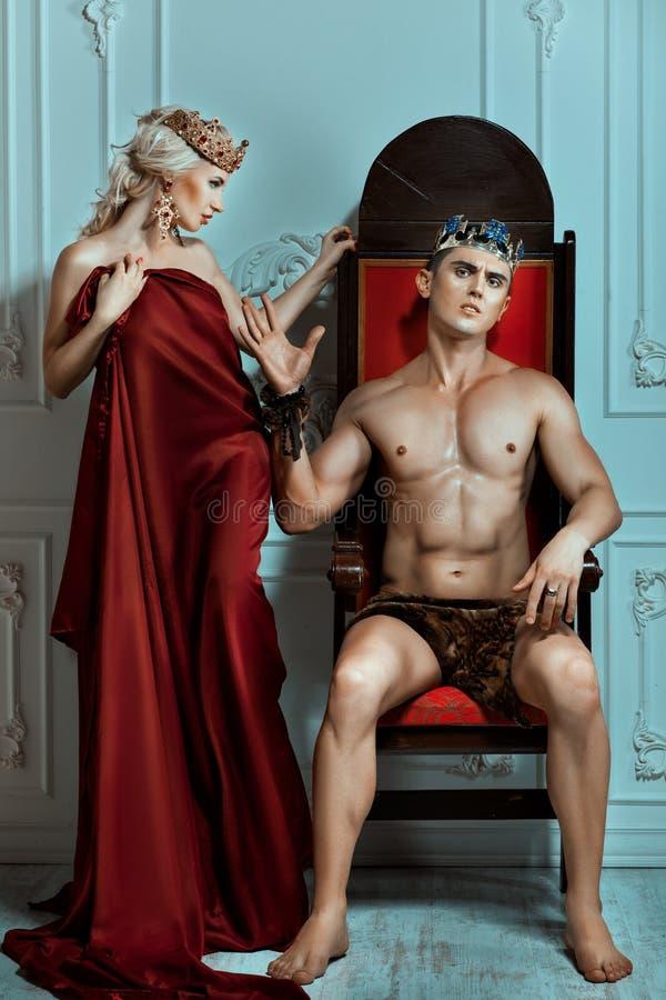 De koning zit op een troon met arrogant gezicht royalty-vrije stock foto's