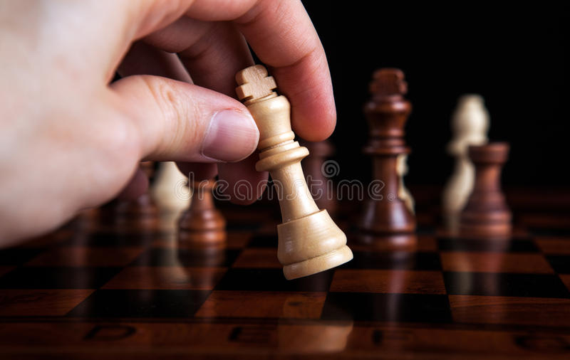 De koningsbeweging van het schaakspel royalty-vrije stock foto's