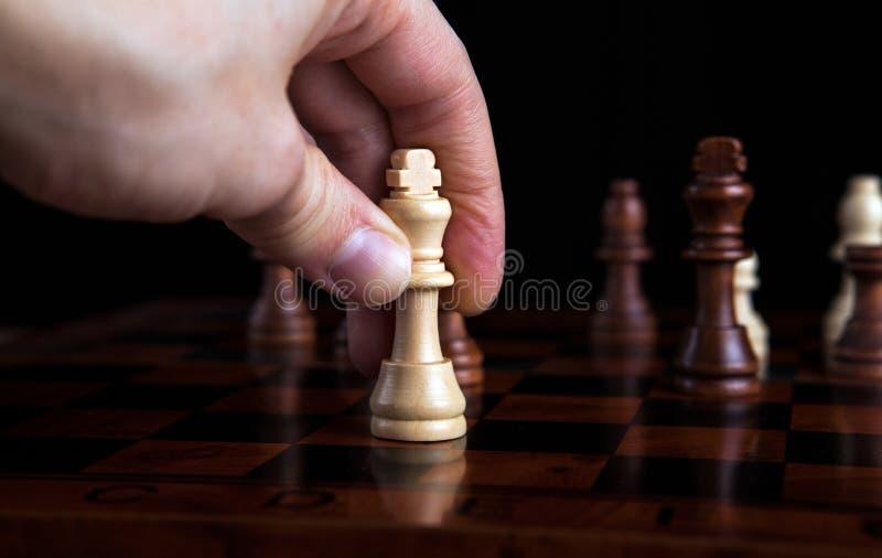 De koningsbeweging van het schaakspel stock foto
