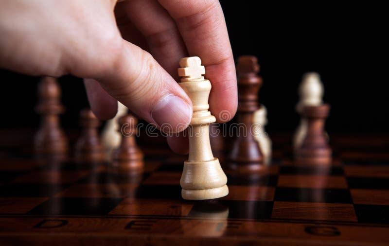 De koningsbeweging van het schaakspel stock afbeeldingen