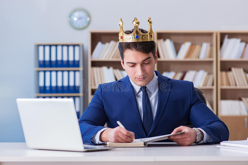 De koningszakenman die in het bureau werken stock fotografie