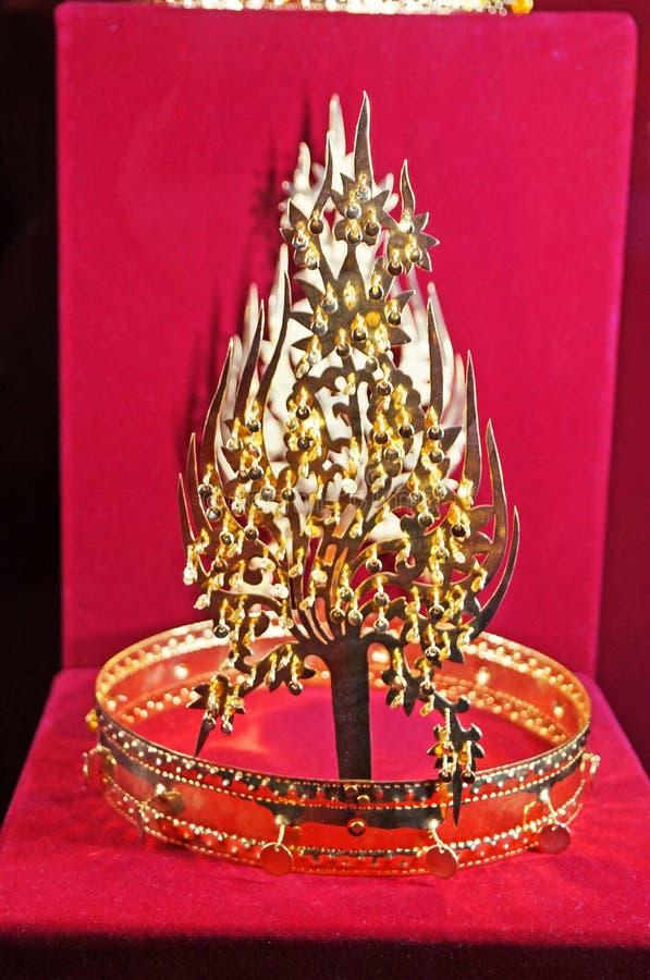 De koninklijke die kroon van gouden wordt en met multi-colored edelstenen wordt verfraaid gemaakt die stock afbeelding