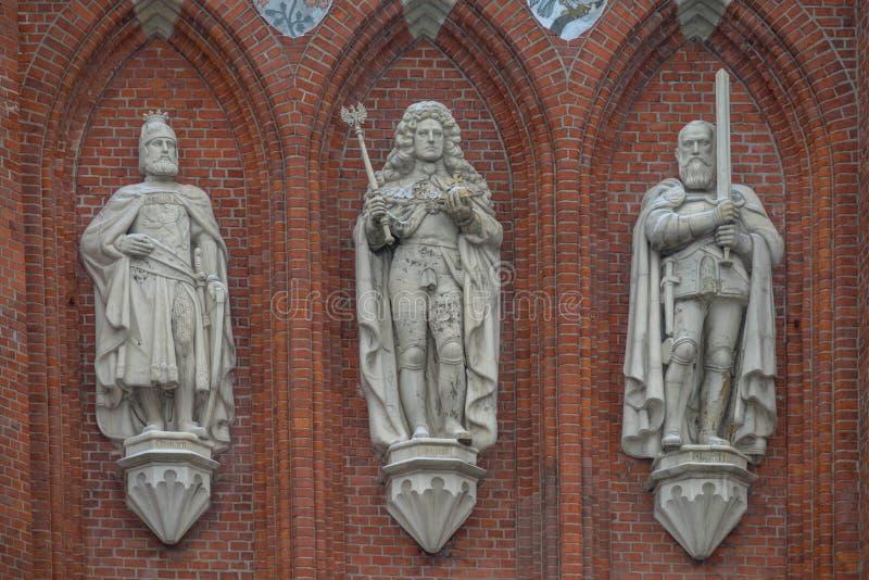 De koninklijke standbeelden van poortenkonigstor in de stad van Kaliningrad Konigsber stock afbeelding