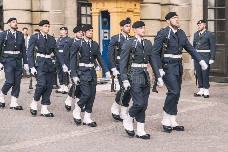 De koninklijke verandering van de Wacht in Stockholm stock foto's
