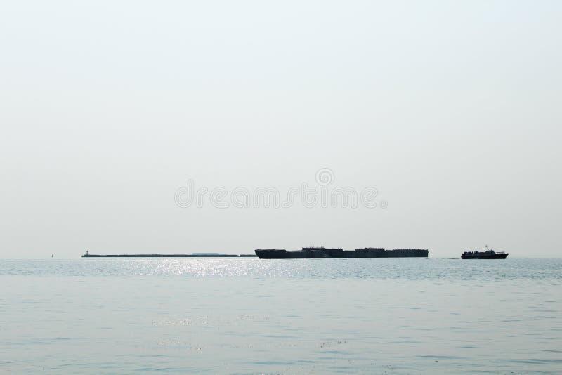 De koopvaardijschepen gaan op zee naar overzees royalty-vrije stock fotografie