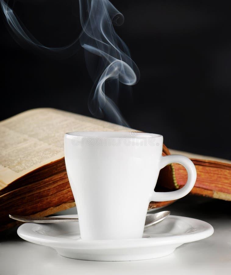 De kop en de boeken van de koffie stock foto