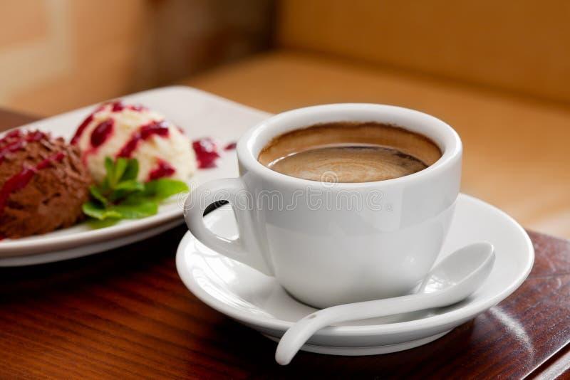 De kop en het roomijs van de koffie op lijst stock afbeeldingen
