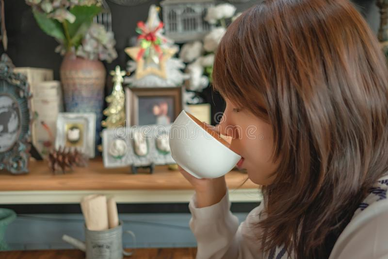 De kop levensstijl van de achtergrondvrouwenholding en het drinken koffie in restaurant royalty-vrije stock afbeelding