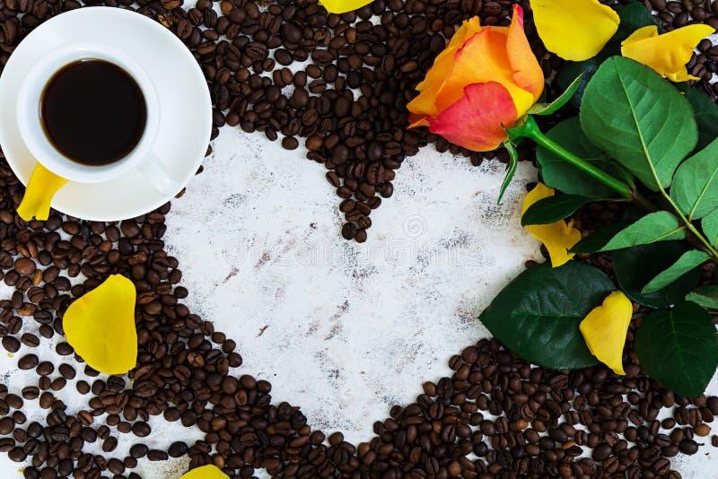 De kop van coffe en nam op een witte achtergrond toe Hoogste mening royalty-vrije stock fotografie