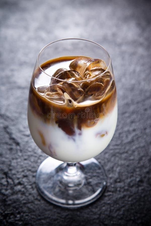 De kop van de ijskoffie stock foto's