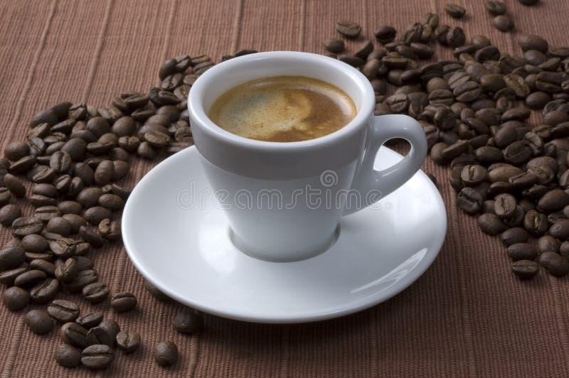 De kop van de koffie met bonen royalty-vrije stock afbeelding