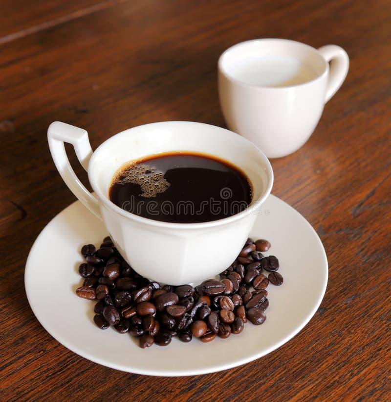 Download De Kop Van De Koffie Met De Bonen Van De Koffie En Melk Op Grunge Wo Stock Foto - Afbeelding bestaande uit grens, rustic: 29511118