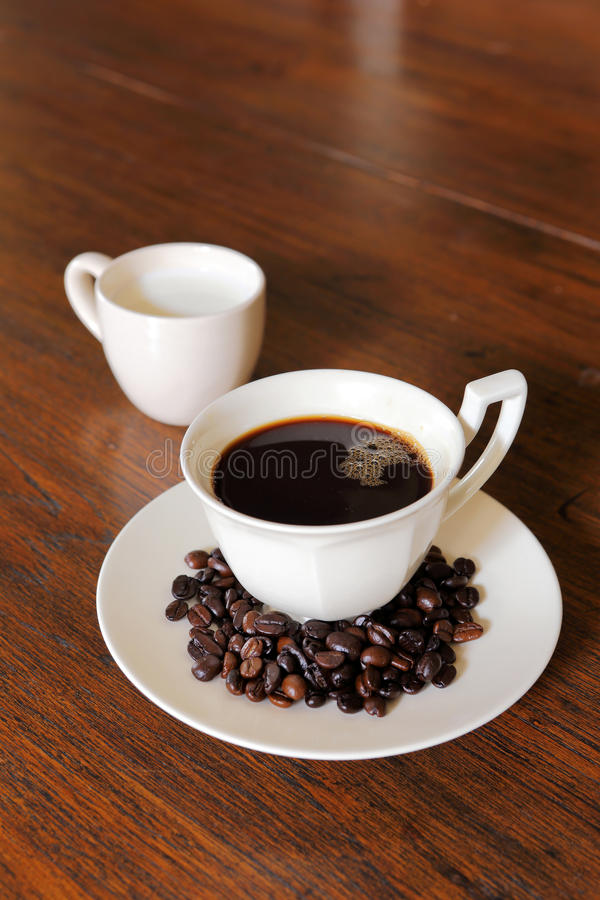 Download De Kop Van De Koffie Met De Bonen Van De Koffie En Melk Op Grunge Wo Stock Foto - Afbeelding bestaande uit decoratie, zwart: 29511192
