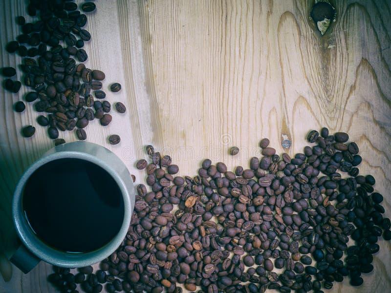 De kop van de koffie op een houten lijst royalty-vrije stock afbeeldingen