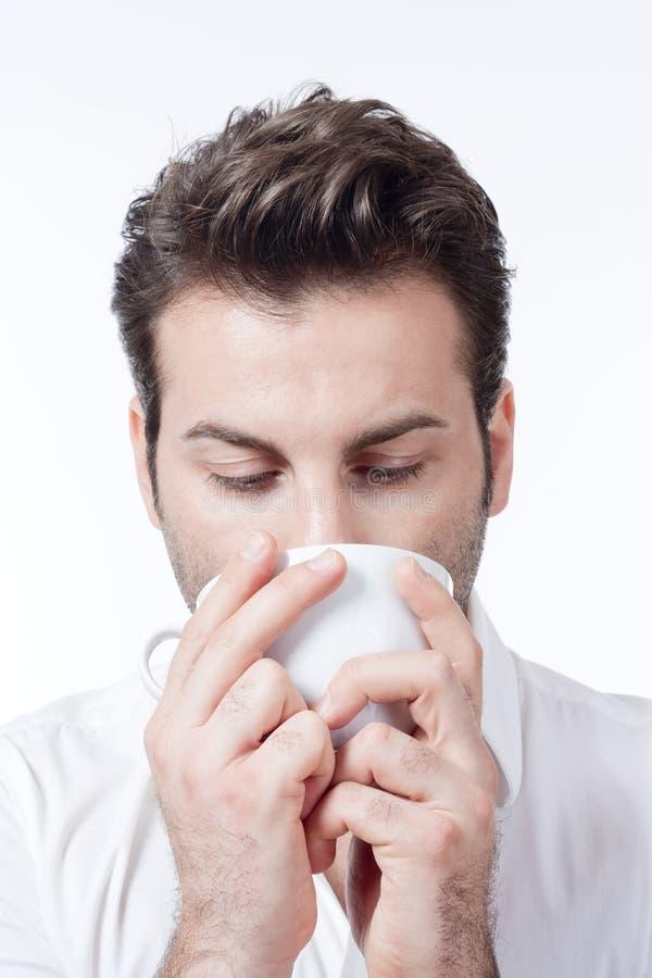 De kop van de mensenholding van de holdingskop van de koffiemens van koffiemens het drinken stock afbeeldingen