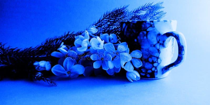De kop van de goedemorgenkoffie met de voorraadfoto van de bloemendecoratie stock fotografie