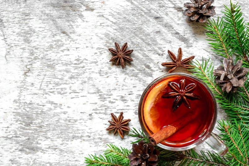 De kop van Kerstmis hete overwogen wijn met kaneel, anijsplant en spar vertakt zich stock fotografie