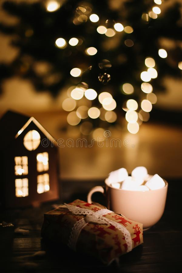 De kop van de Kerstmiskoffie met heemst Stilleven op Donkere Achtergrond Nieuwjaar` s lichten en decoratie stock foto's