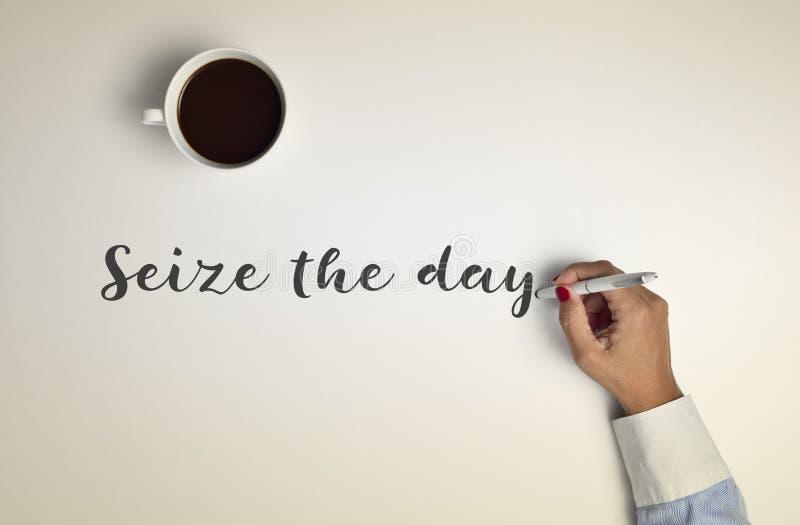 De kop van koffie en de tekst grijpen de dag royalty-vrije stock foto's