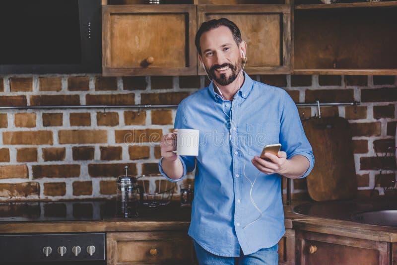 De Kop van de Koffie van de holding van de mens stock foto's