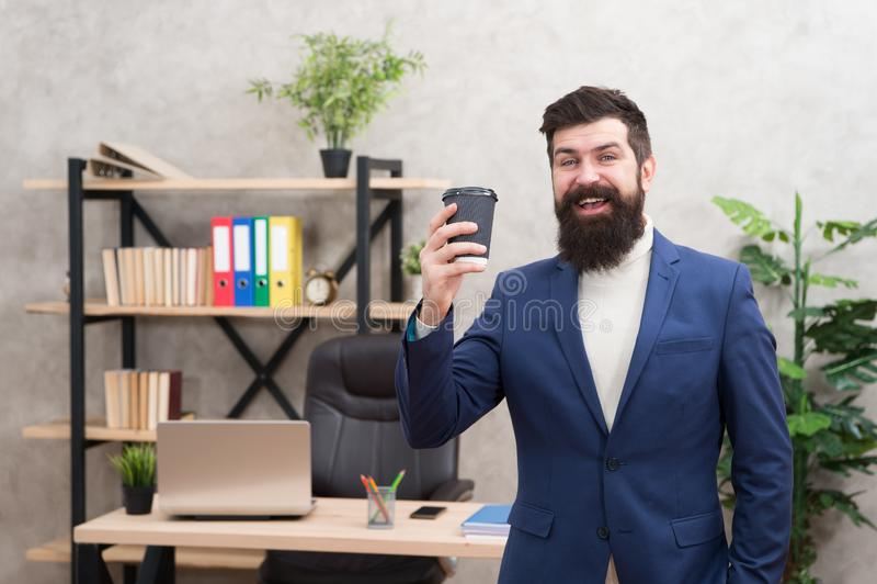 De kop van koffie kan eigenlijk helpen om tot algemeen geluk bij te dragen Gebaarde de kopkoffie van de managergreep Ontspannen h stock foto's
