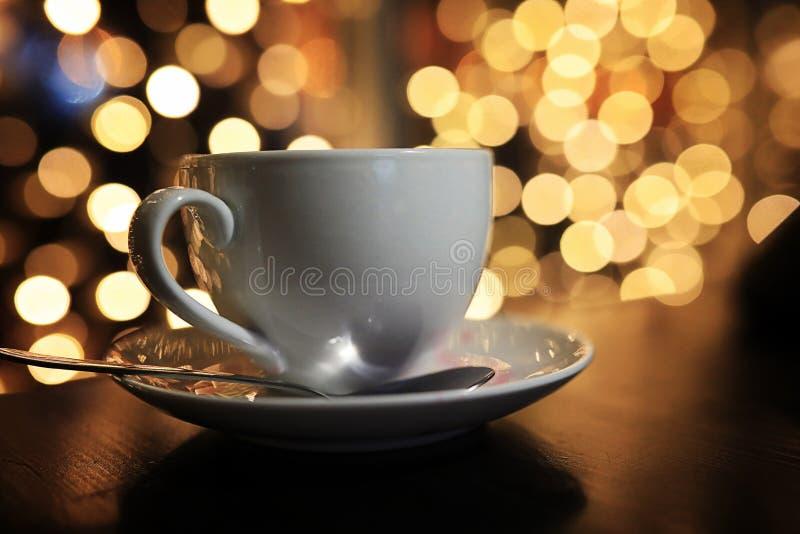 De kop van koffie op de lijst blured achtergrond met cirkel boke stock foto's