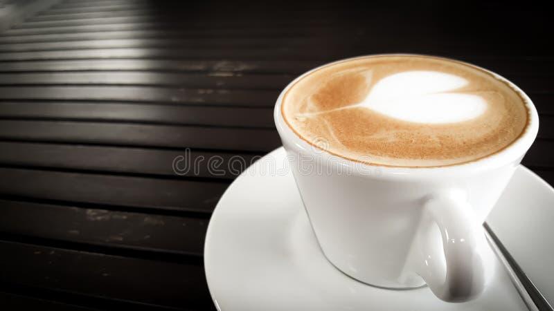 De kop van de koffie op houten lijst stock foto's
