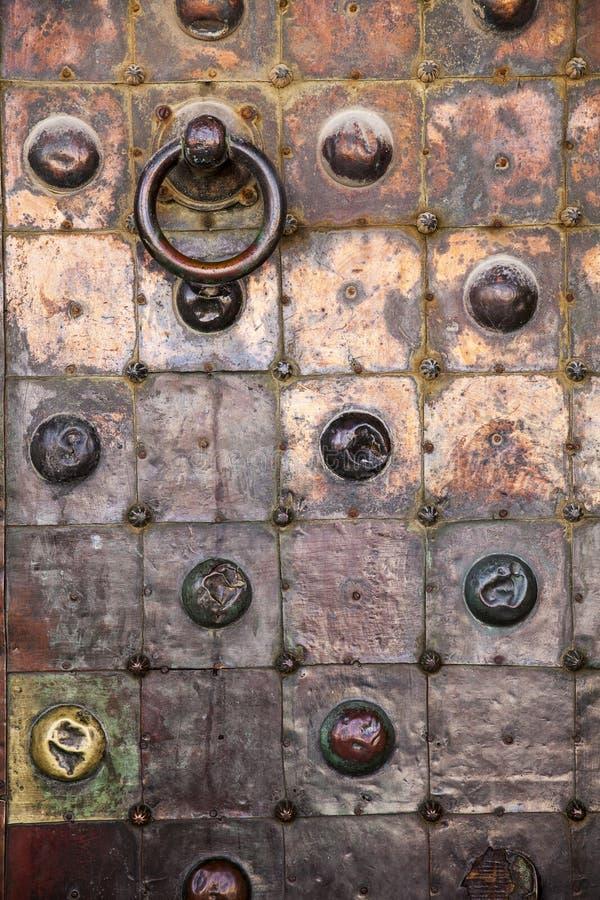 De koperdeur op Tempel zet op stock foto