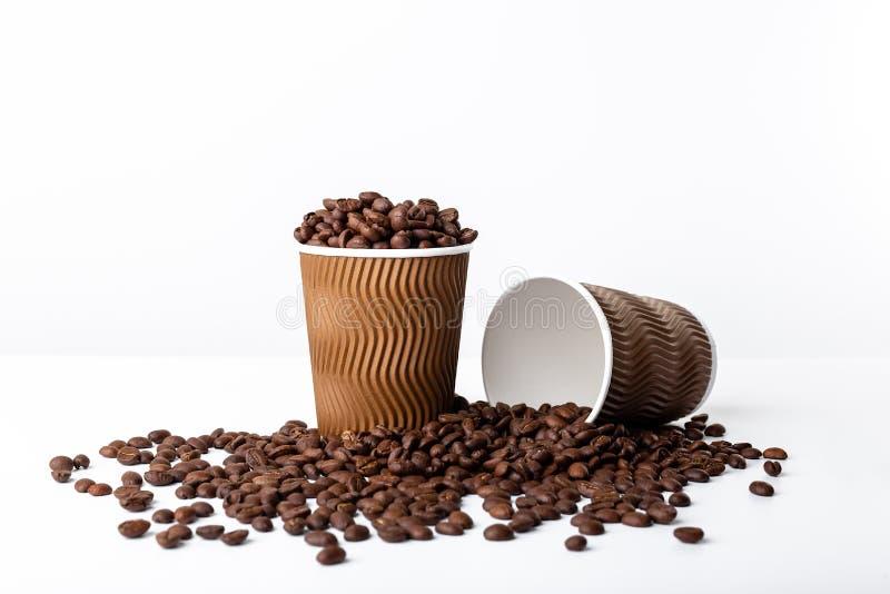 De kophoogtepunt van de ambachtkoffie van koffieboon op witte achtergrond stock fotografie