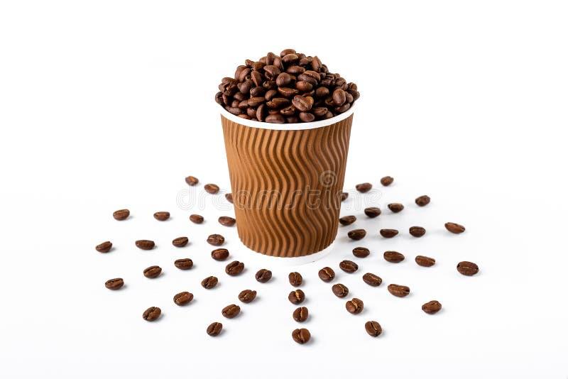 De kophoogtepunt van de ambachtkoffie van koffieboon op witte achtergrond stock foto