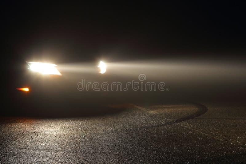 De koplampen van de auto in mist royalty-vrije stock fotografie