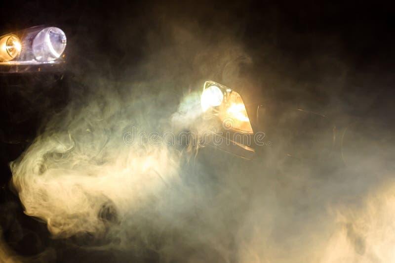 De Koplampen van de auto van een auto stock afbeeldingen