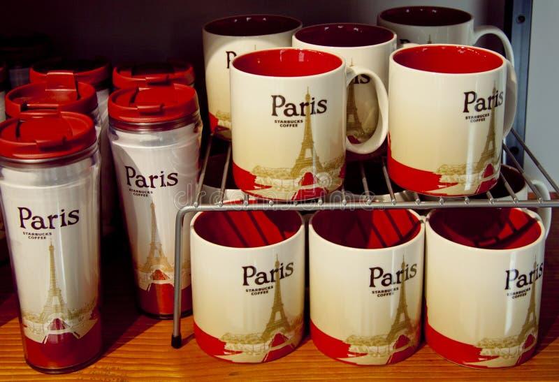 De koppen van de koffie in sturbuckskoffie huisvesten in Parijs royalty-vrije stock fotografie