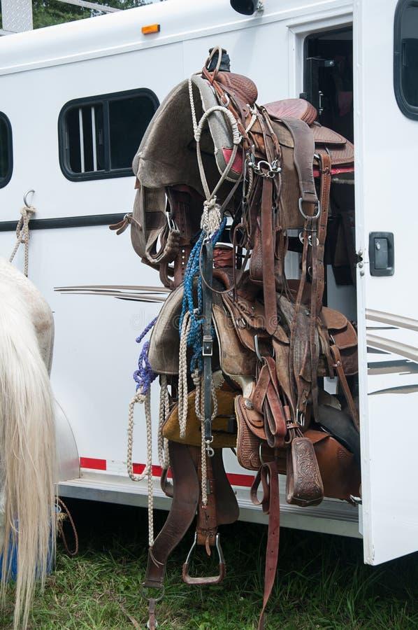 De Kopspijkertoestel van het paardzadel op aanhangwagen stock foto