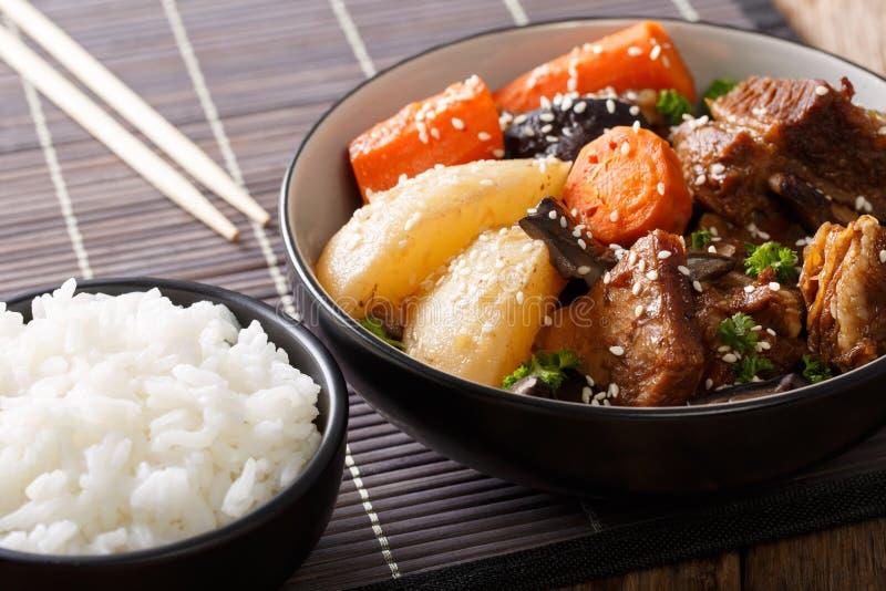 De Koreaanse gestoofde rundvlees korte ribben met groenten en de rijst versieren c stock afbeeldingen