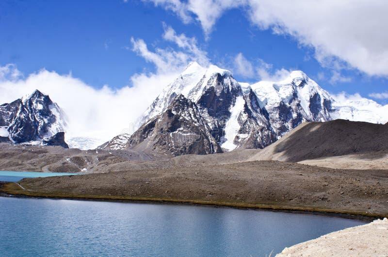 De korkade himalayasna för väldig snö på Gurudongmar sjön Sikkim arkivfoto