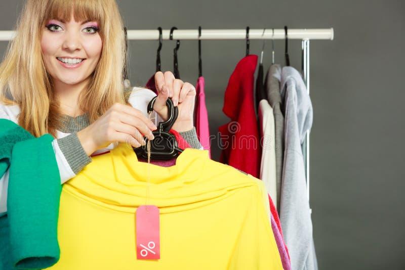 De kortingsetiket van de vrouwenholding Verkoop en kleinhandel stock afbeeldingen
